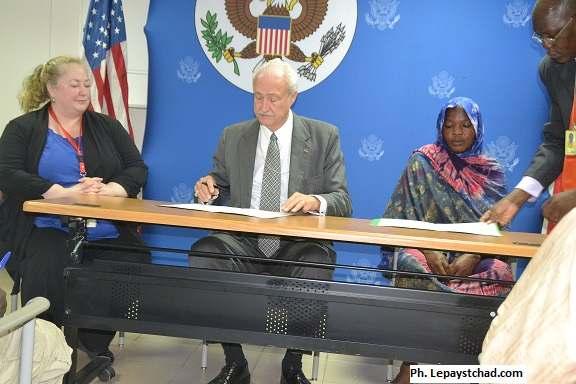 Signature de convention entre l'ambassade des USA  et cinq associations de la société civile