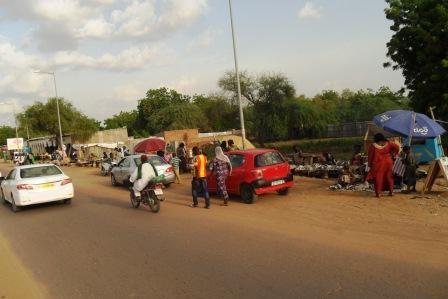 A N'Djaména, des marchés anarchiques se créent aux abords des rues