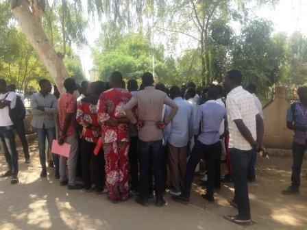 Sit-in des étudiants contre la suspension des inscriptions