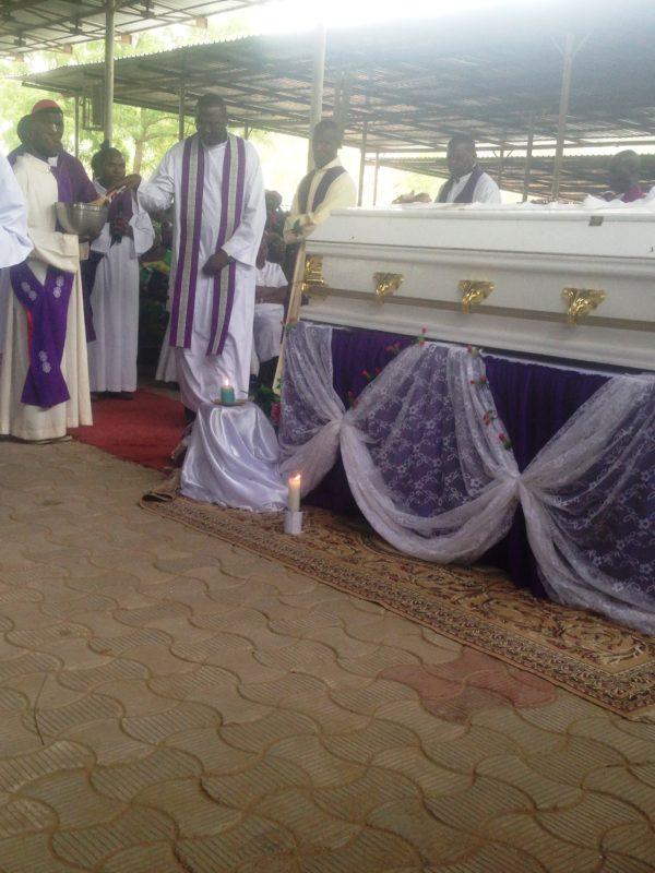 De milliers de personnes disent adieu au père Dipou