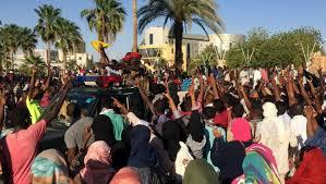 Soudan : l'armée maintient le suspens, la population jubile