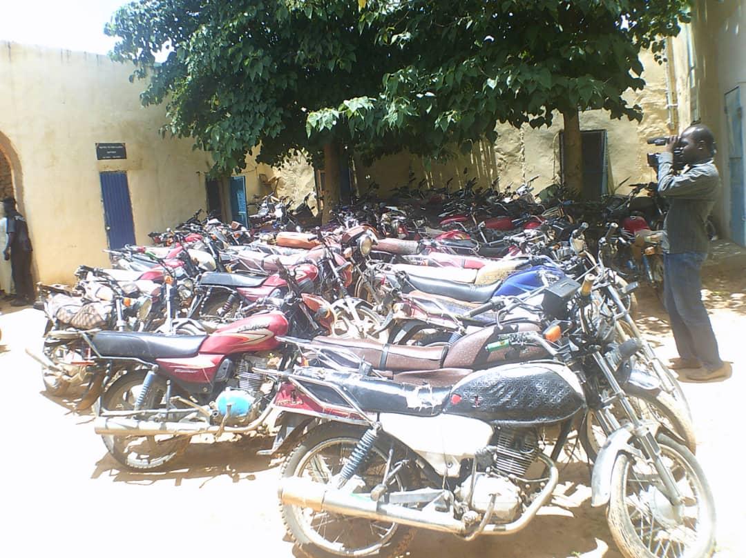 Plusieurs dizaines de motos ont été saisis tôt ce matin suite à des fouilles inopinées dans les concessions à Goz-Beida. 1