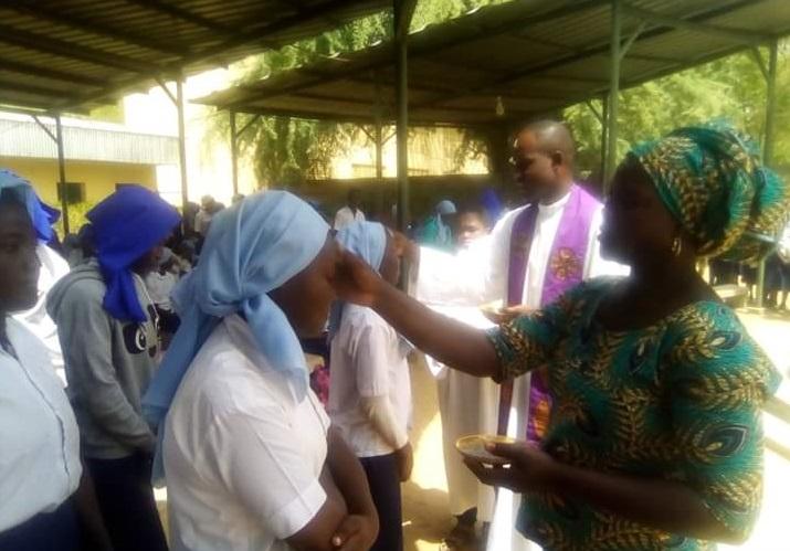 Les fidèles catholiques débutent le carême avec la prise de cendre 1