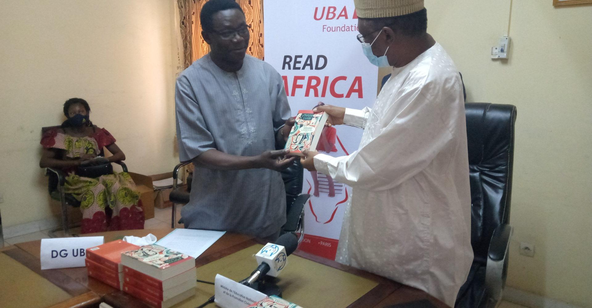 La Fondation Uba offre 1000 livres au ministère de l'éducation 1