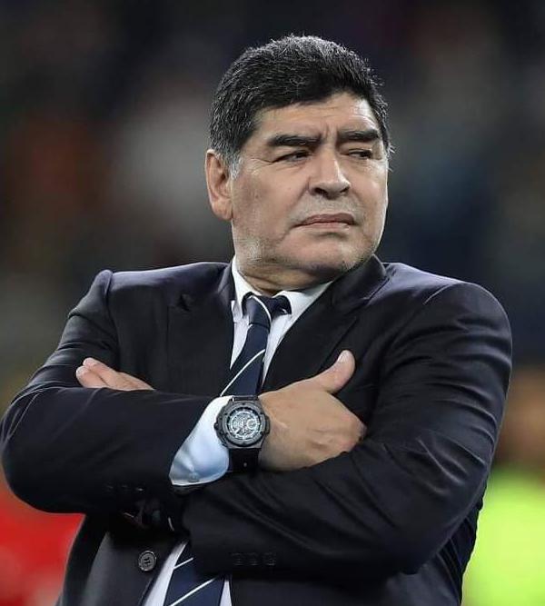 Diego Maradona tire sa révérence à l'âge de 60 ans.