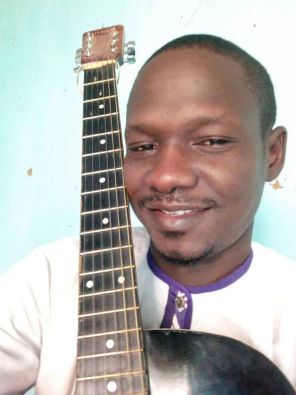 Eric Masdingam: lechantre à la louange chevillée au corps
