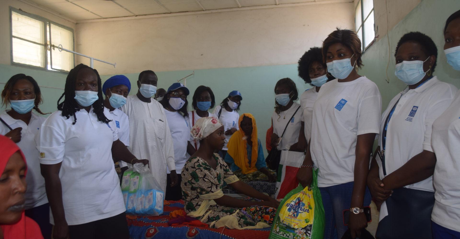 Les femmes du système des Nations-Unies au Tchad assistent les élèves du Lycée de Walia et des fistuleuses 1
