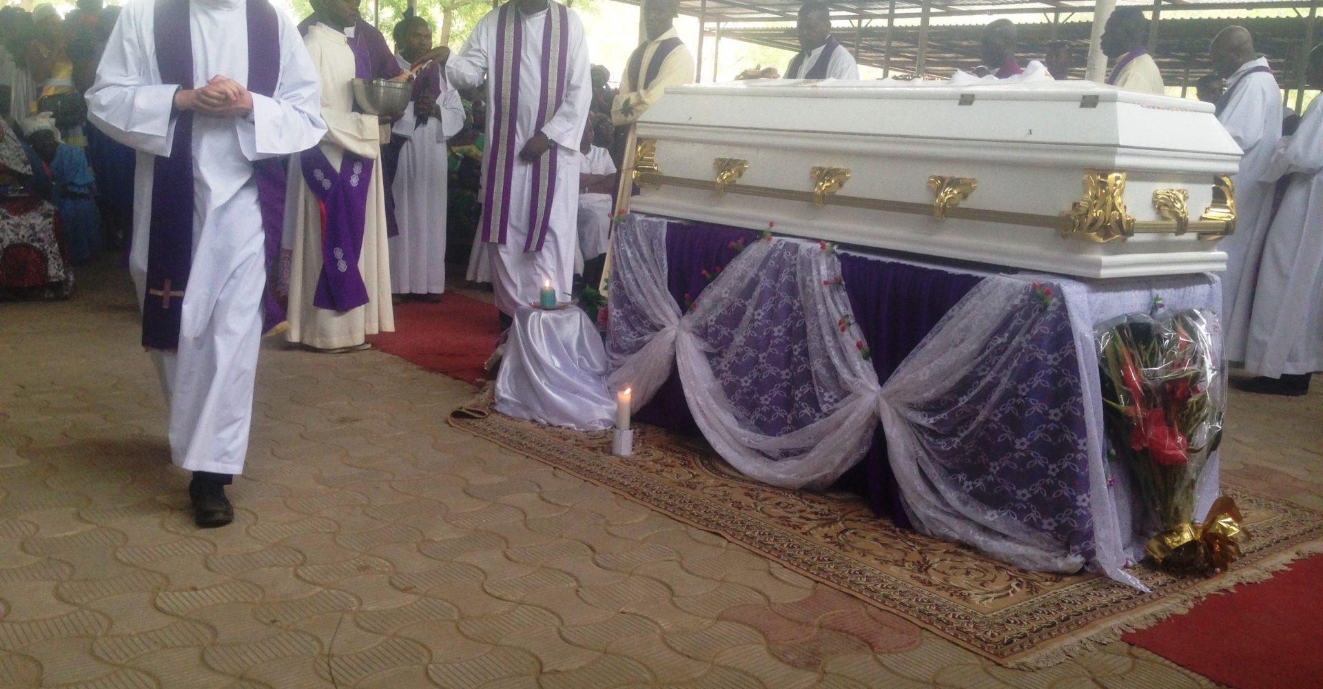 De milliers de personnes disent adieu au père Dipou 1