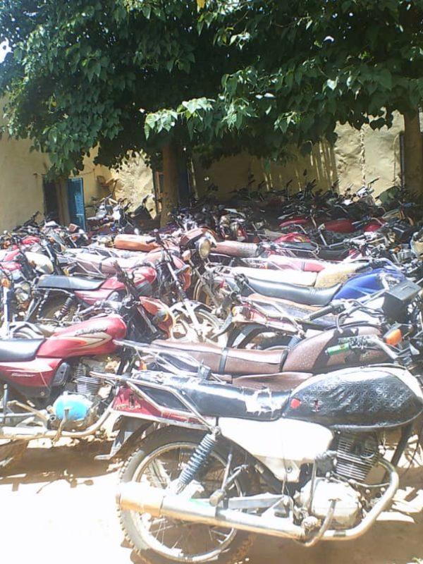 Plusieurs dizaines de motos ont été saisis tôt ce matin suite à des fouilles inopinées dans les concessions à Goz-Beida.