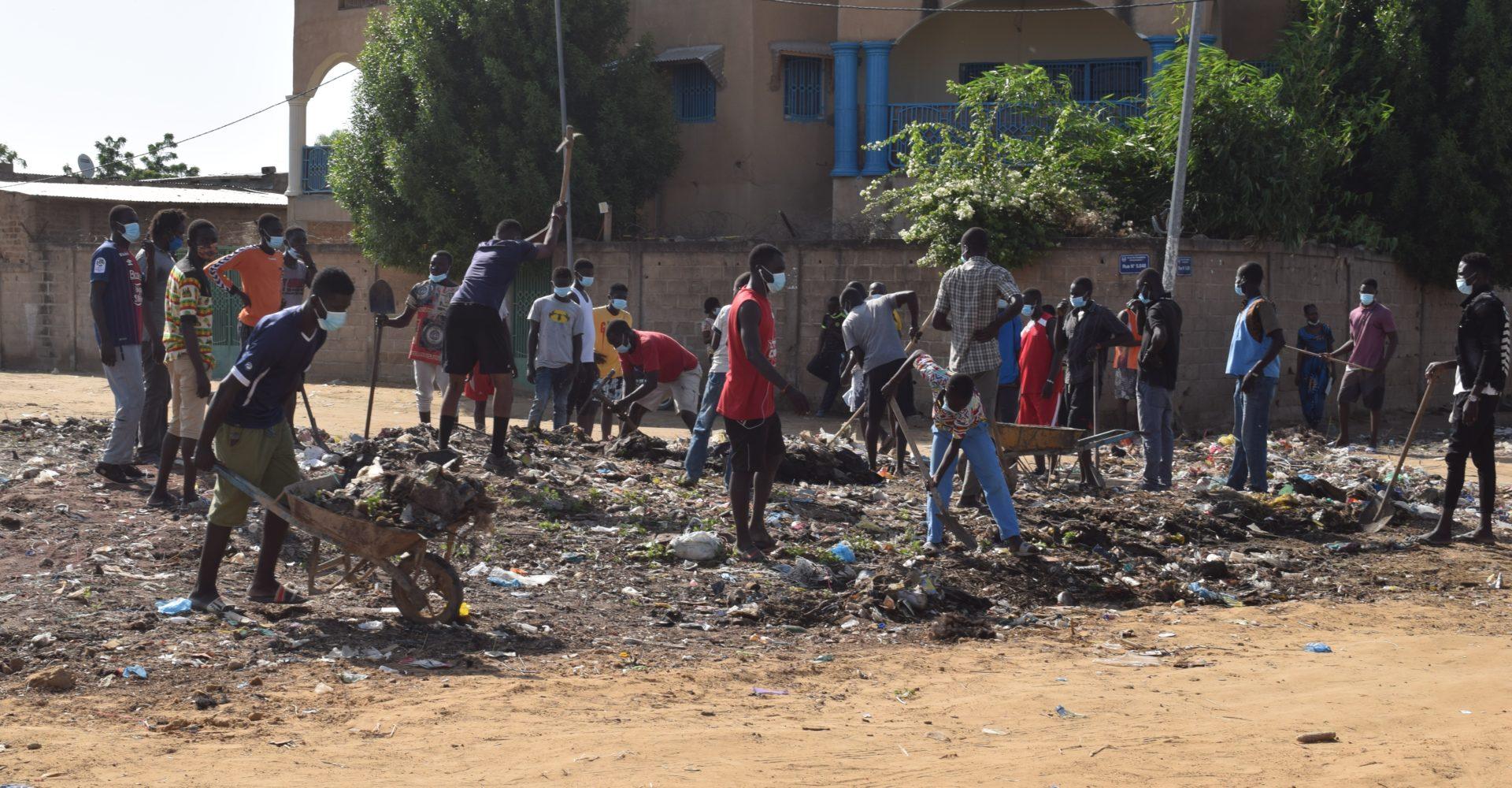 La compagnie ThéâtrElan donne un coup de balai à rue 5.648 de Chagoua 1