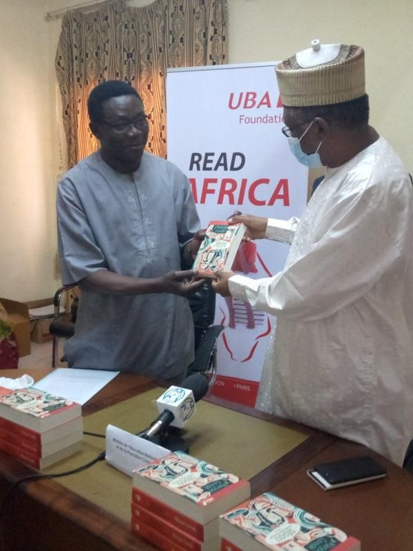 La Fondation Uba offre 1000 livres au ministère de l'éducation