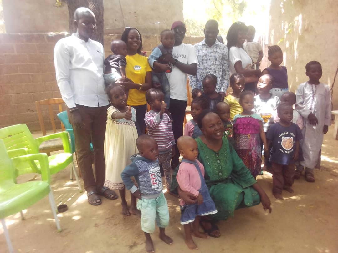 L'Association Charity fait un don à l'Orphelinat Apsoa 1